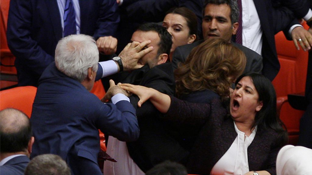 Diputados turcos se pelean en pleno Parlamento por el acuerdo con la UE