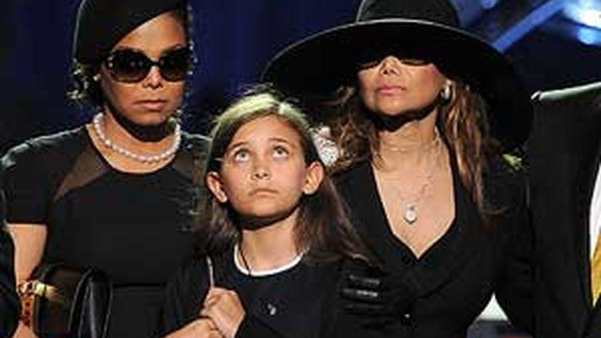 Paris, junto a sus tías, Janet y La Toya, en el homenaje a su padre.