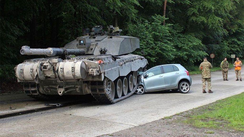 El aparatoso accidente entre un turismo y un tanque