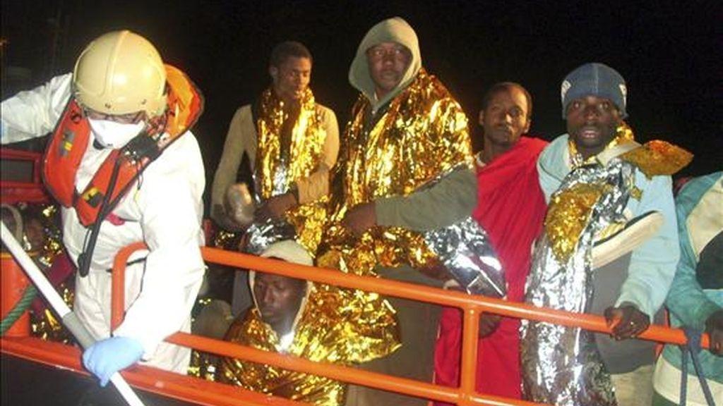 Miembros de Salvamento Marítimo español rescatan en Motril (Granada, sureste) una embarcación con 55 inmigrantes. EFE/Archivo