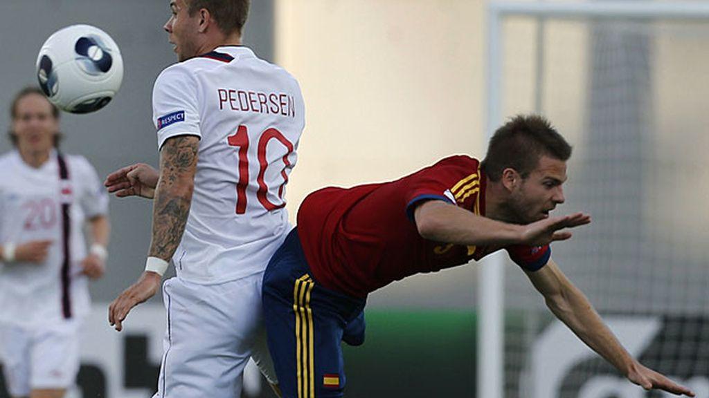 Illarramendi disputa un balón con un jugador noruego