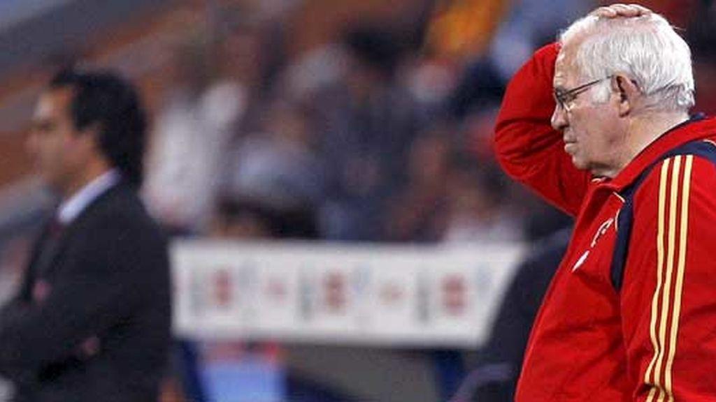 Luis Aragonés, pensativo en el banquillo. Foto: EFE
