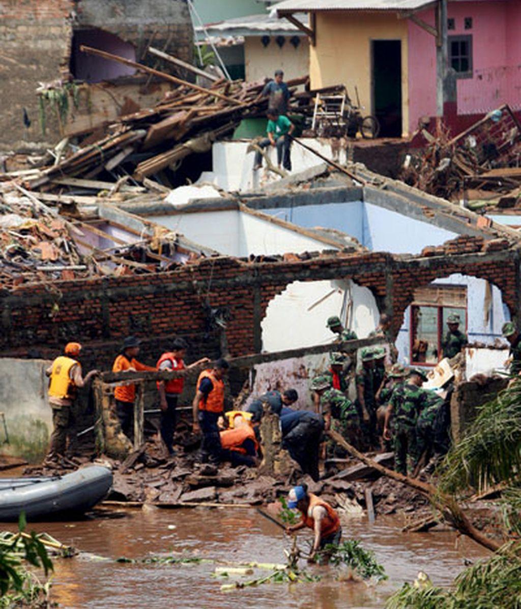 Servicios de rescate al reventar una presa en Yakarta