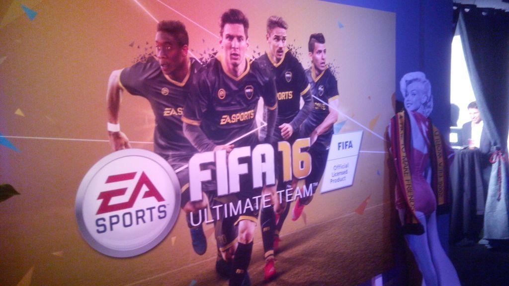 Dos salones con consolas, un bar, el primer FIFA...