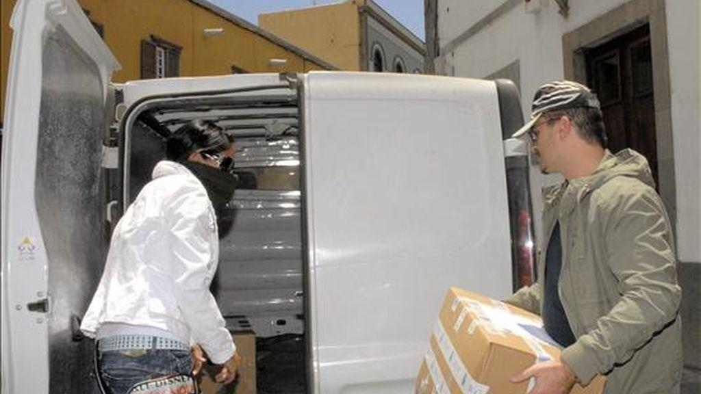 Dos agentes de la Policía Nacional sacan diversa documentación de las dependencias municipales de Telde, despues de que hoy se produjeran cuatro nuevas detenciones en relación con el denominado Caso Faycán. EFE/Archivo
