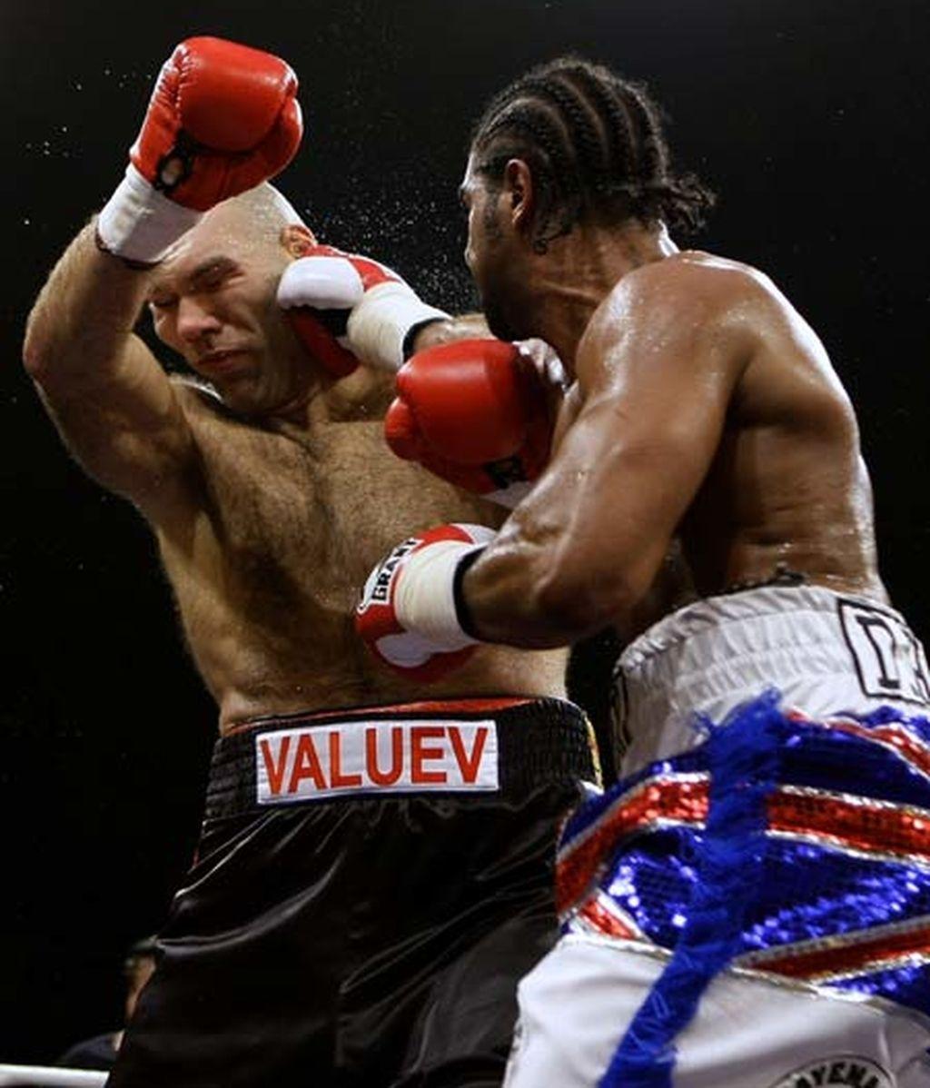 Valuev se tambalea y parece perder el paso