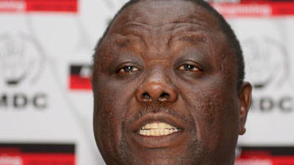 El  líder del partido opositor de Zimbabue, Morgan Tsvangirai, se ha tenido que refugiar en la embajada de Holanda ante la violencia desatada en su contra por el Gobierno