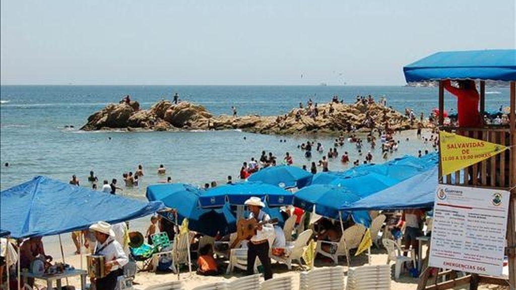 Vista de una playa de Acapulco del estado mexicano de Guerrero. La Secretaría de Turismo de México calculó este lunes que durante esta Semana Santa viajarán 390.000 mexicanos menos que en la del 2008 debido a la crisis económica mundial. EFE