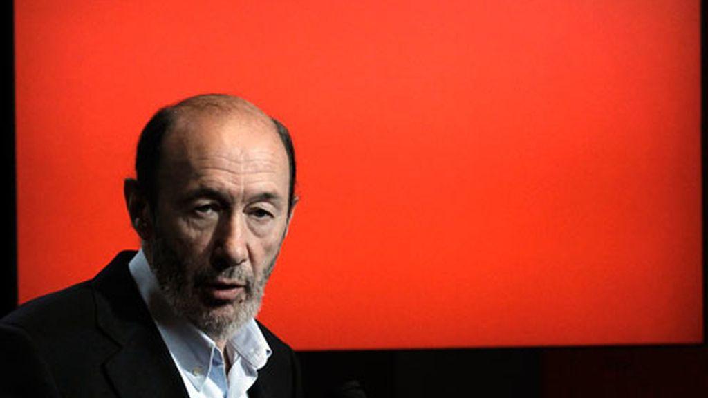 El vicepresidente primero del Gobierno, Alfredo Pérez Rubalcaba, durante la rueda de prensa previa al encuentro que ha mantenido en Barcelona con cerca de un millar de militantes del PSC.