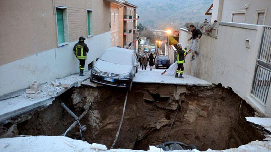 Socavón en la calle originado por el terremoto