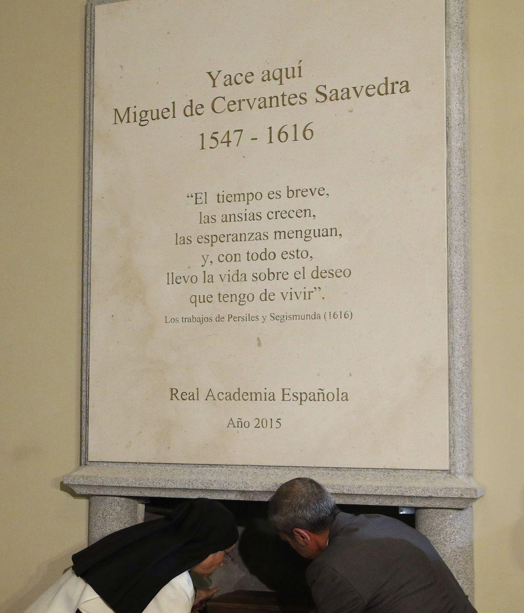 La errata en la placa sobre los restos de Miguel de Cervantes