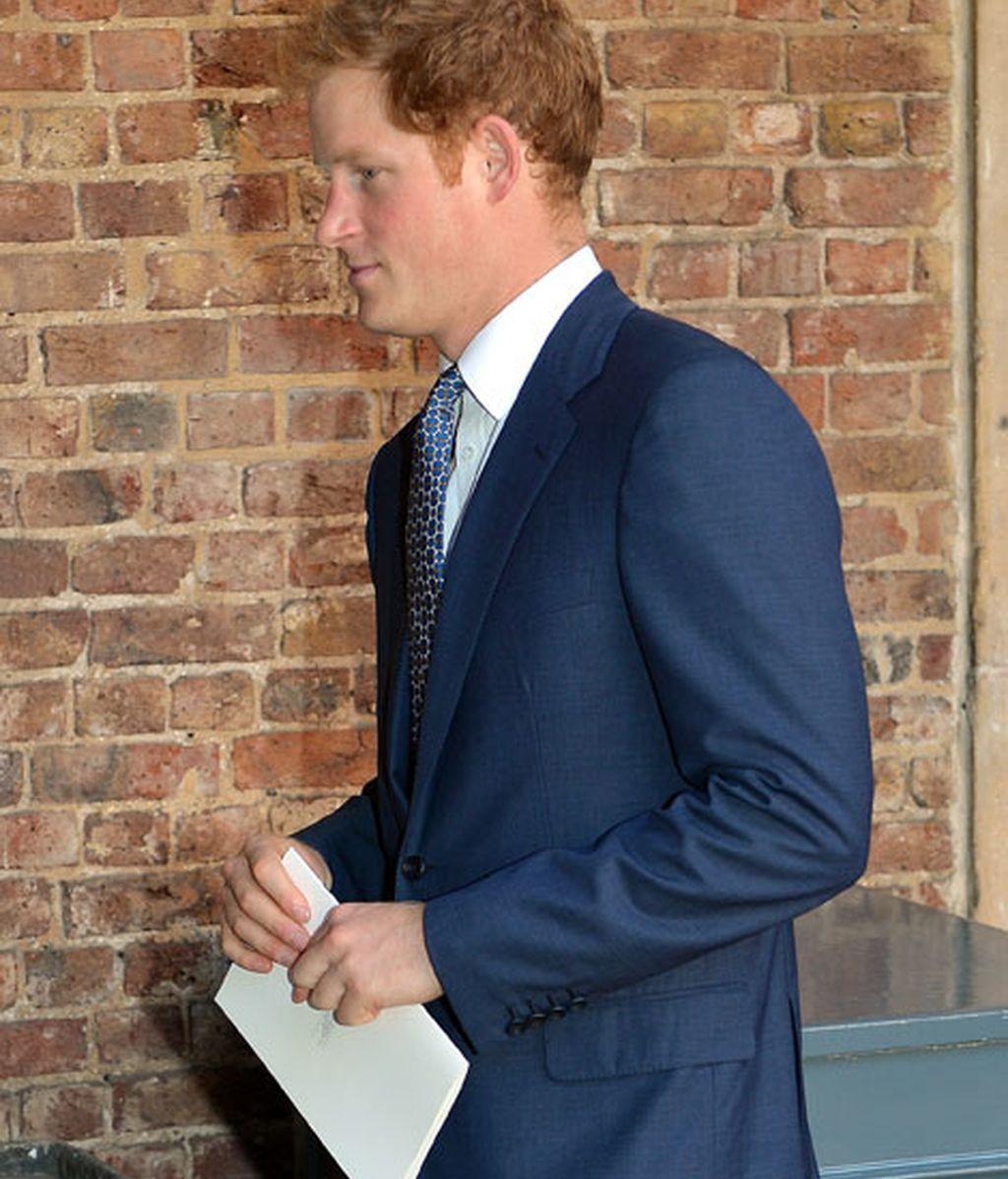 El príncipe Harry también se decantó por el azul marino