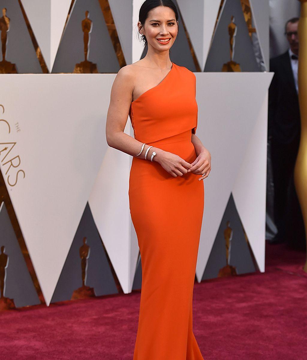 Olivia Munn con vestido de Stella McCartney
