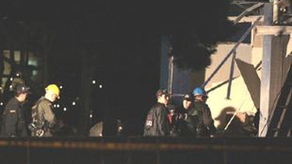 Miembros de la policía colombiana trabajan en el lugar en el cual explotó una bomba en Bogotá. Vídeo: ATLAS