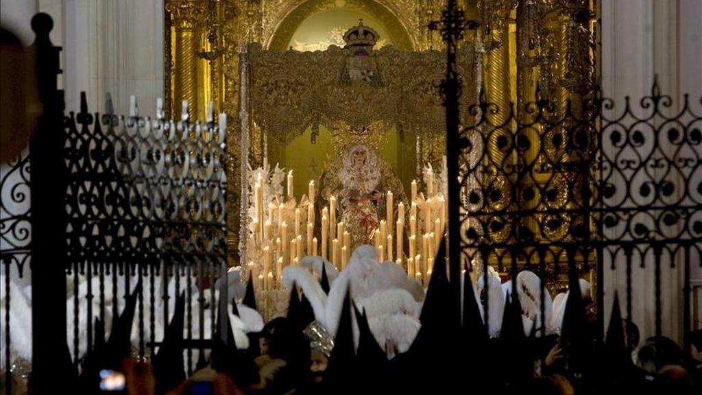 """Los chubascos de las últimas horas han impedido salir de sus templos a las seis hermandades que realizan su estación de penitencia durante """"La Madrugá"""" de la Semana Santa sevillana, lo que no ocurría desde 1933, año en el que no lo hicieron por desavenencias políticas. En la imagen, la Virgen de la Macarena en el interior de su Basilica, despues de anunciar que no saldría en procesión. EFE"""