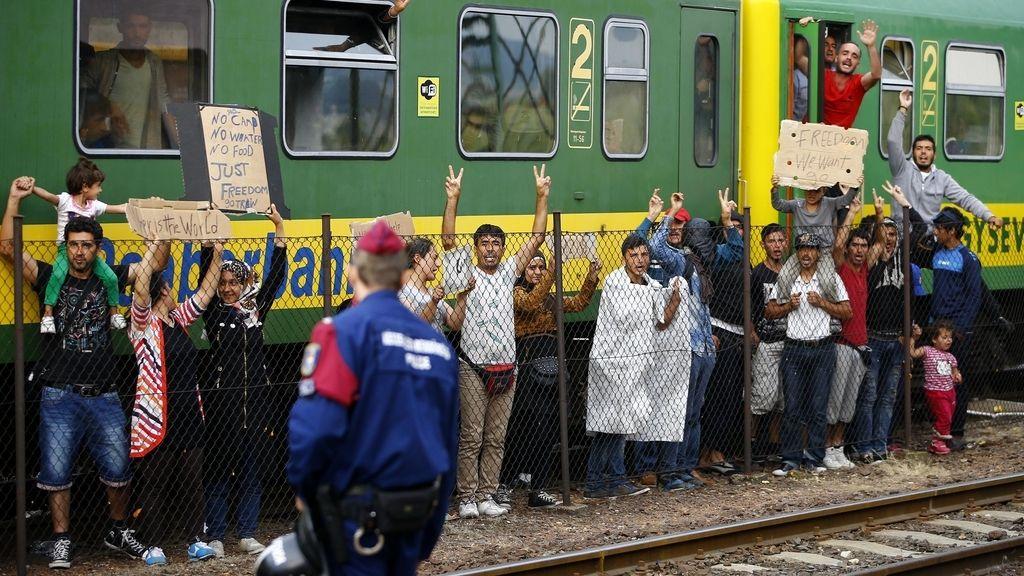 Cientos de refugiados resisten encerrados en un tren de Hungría
