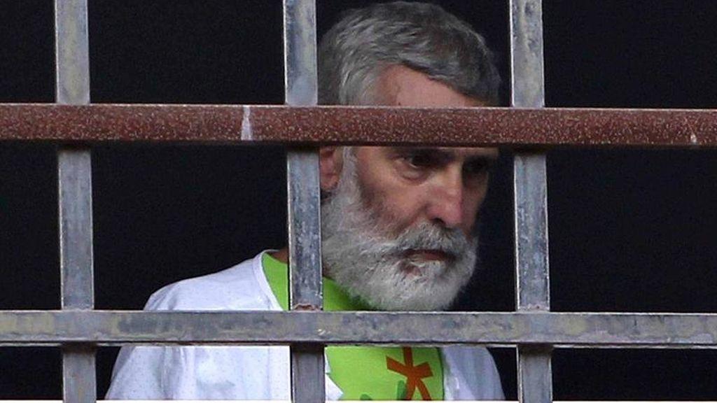 El preso de ETA, enfermo de cáncer, Iosu Uribetxebarria, asomado a la ventana de su habitación del Hospital Donostia.