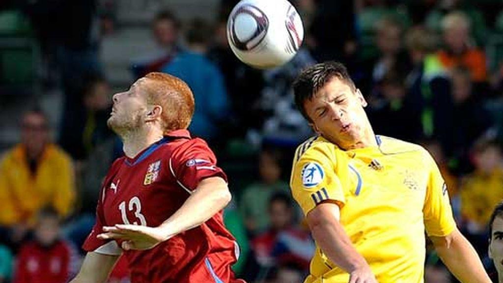Gecov (Rep.Checa) lucha el balón frente a Konoply (Ucrania)