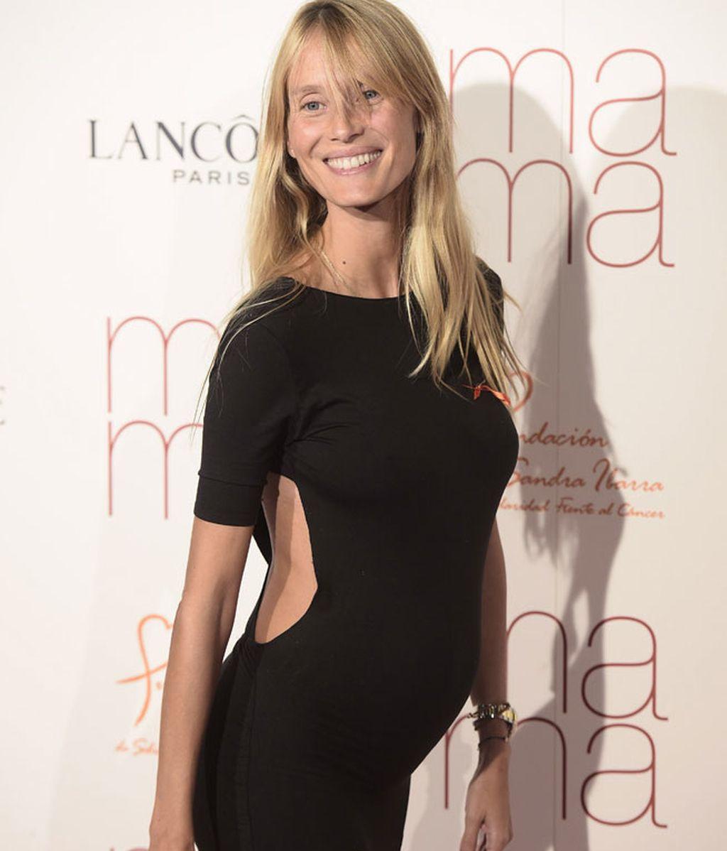 Vanessa Lorenzo lució embarazo con un ajustado vestido negro