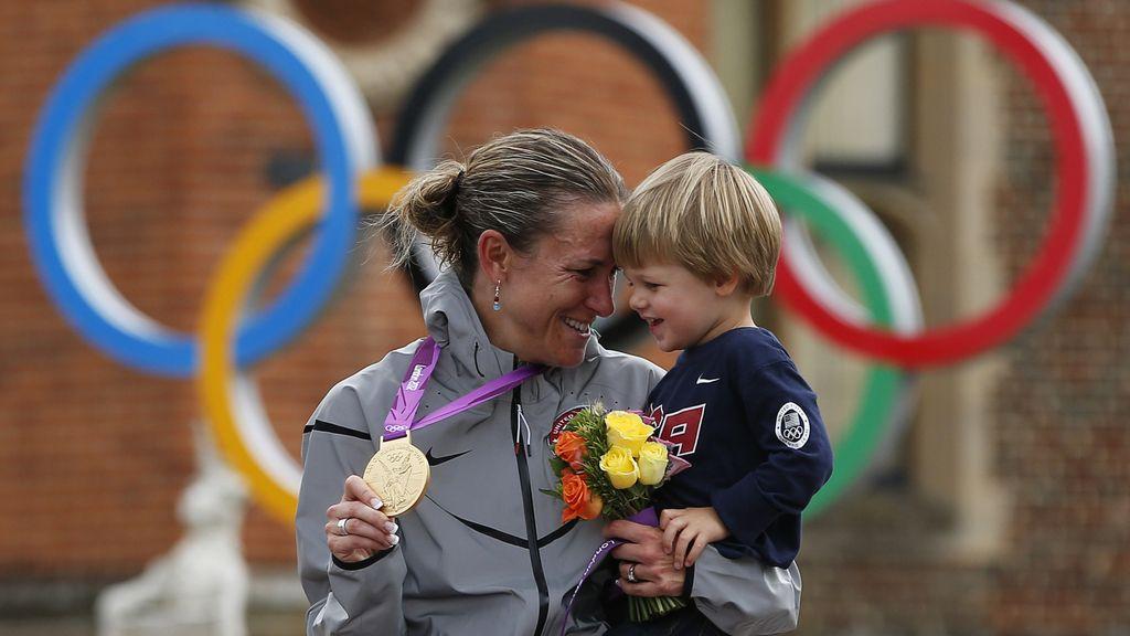 La estadounidense Kristin Armstrong con su hijo