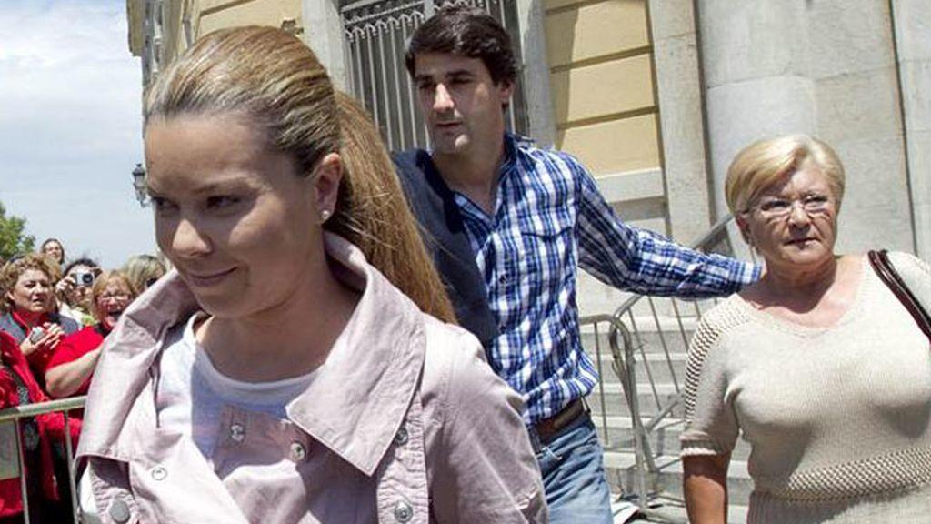 Jesulín de Ubrique, acompañando a su suegra, Remedios Torres y a su mujer, María José Campanario, una de las jornadas del juicio en la Audiencia Provincial de Cádiz.