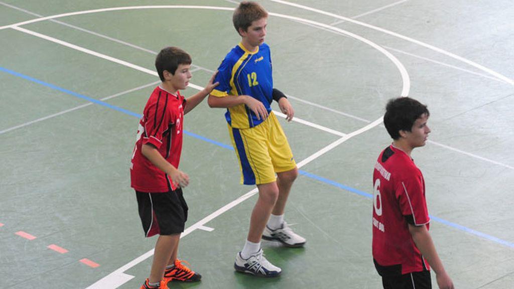 El joven juega en el equipo infantil Handbol Esplugues