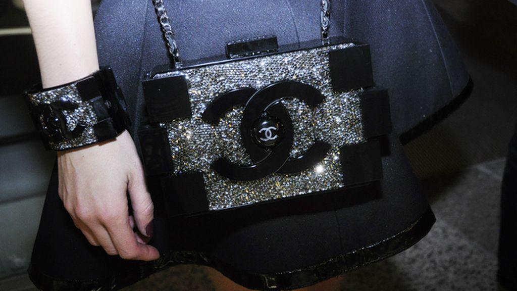 María Valverde completó su look con este maravilloso clutch de Chanel