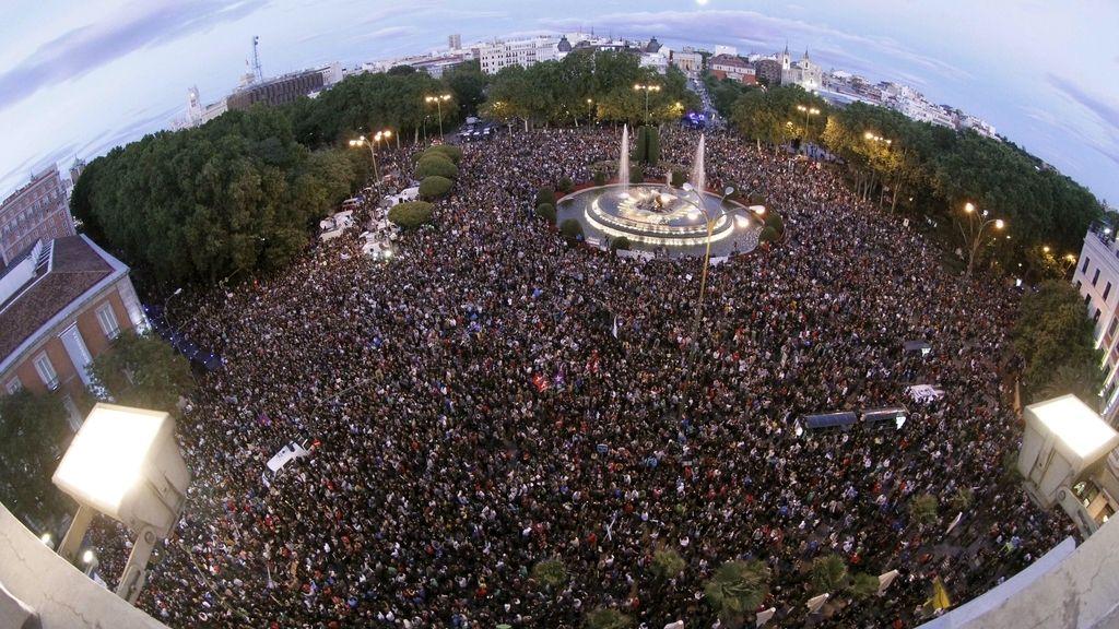 Miles de personas se concentran en los alrededores del Congreso. Foto: EFE.