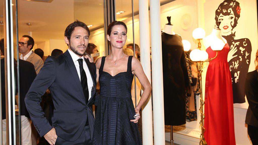 Amelia Bono y Manuel Martos posan en la puerta del comercio