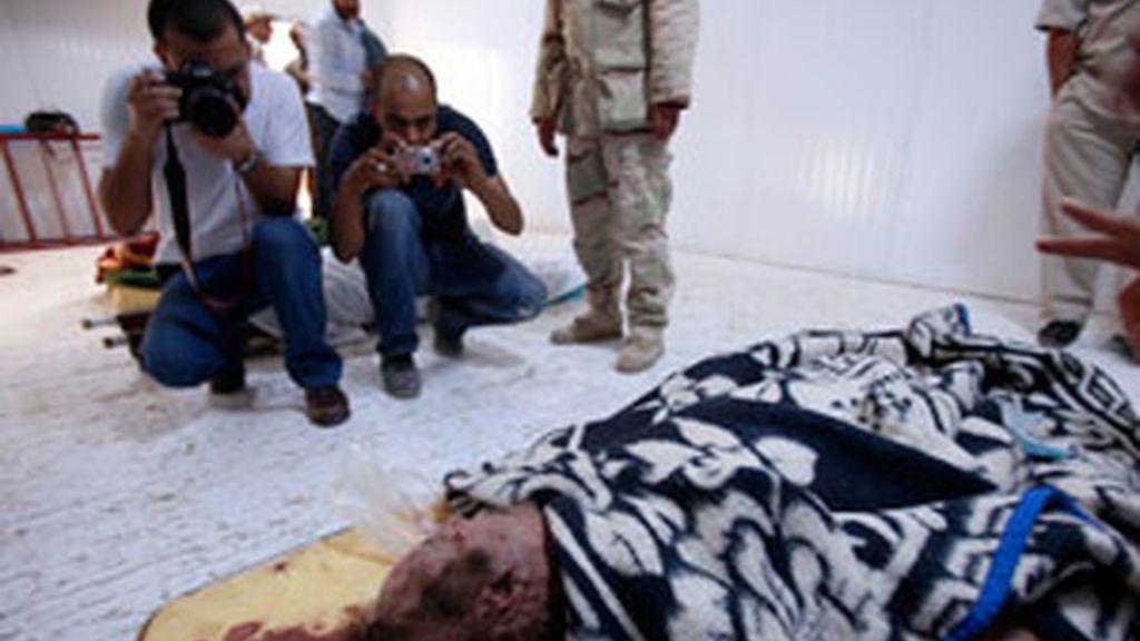 Ciudadanos libios hacen fotos al cadáver de Gadafi