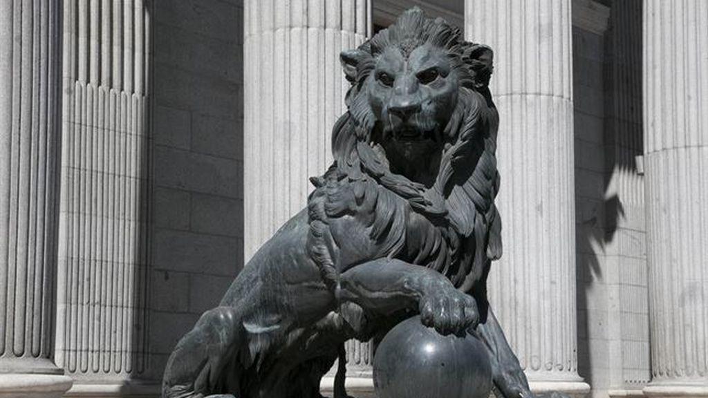 El Gobierno desaconseja añadir testículos a uno de los leones del Congreso