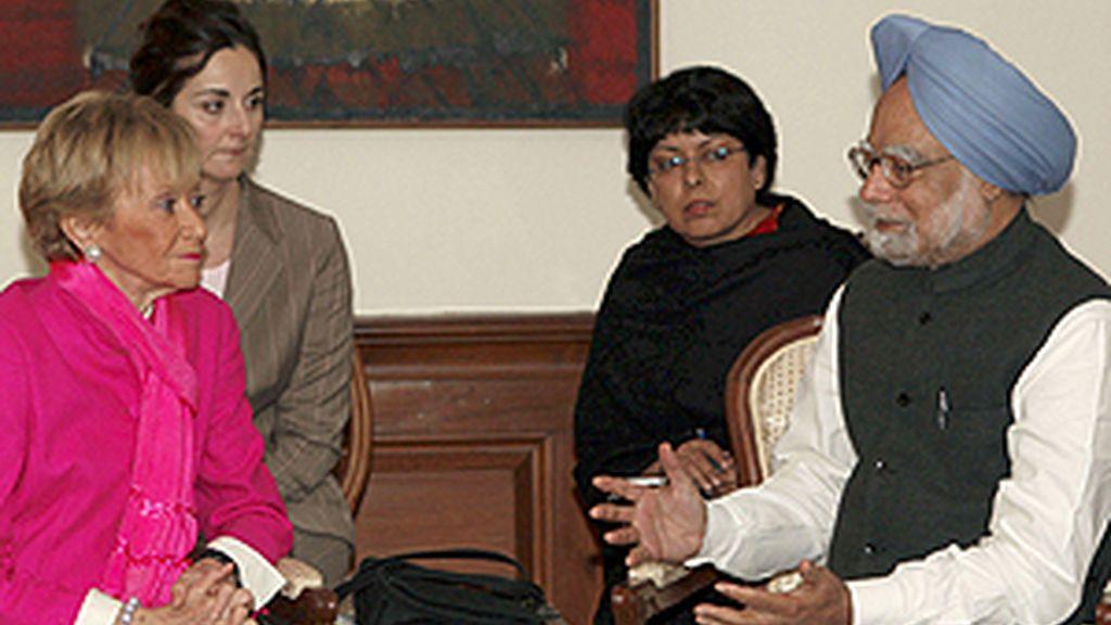 La vicepresidenta primera del Gobierno, María Teresa Fernández de la Vega, durante la reunión que mantuvo hoy con el primer ministro de la India, Manmohan Singh. Foto: EFE.