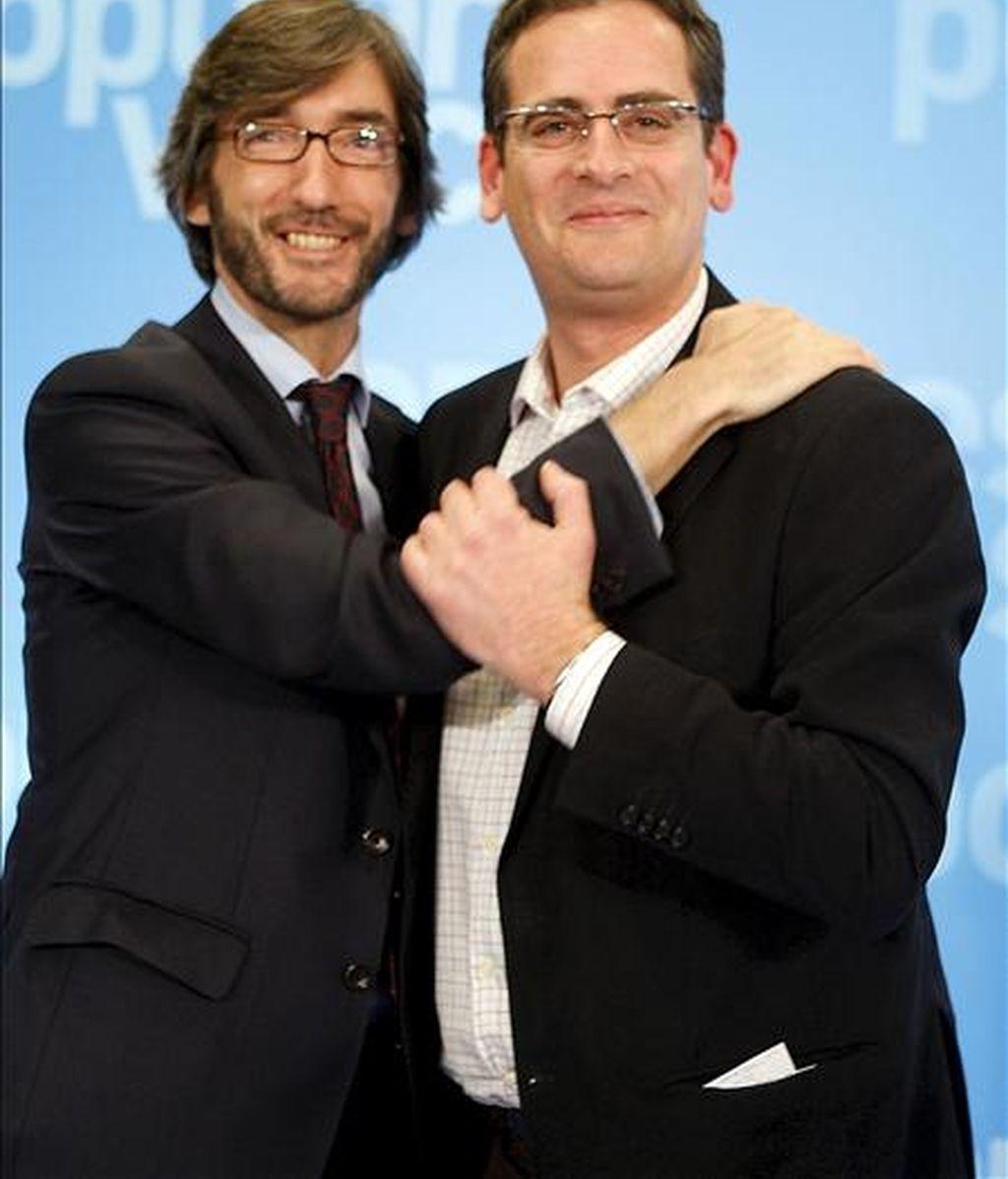 El presidente del PP vasco y candidato a lehendakari, Antonio Basagoiti (d), y el presidente del partido en Vizcaya, Iñaki Oyarzabal, tras la rueda de prensa que han ofrecido hoy en Bilbao tras conocerse el escrutinio de las elecciones autonómicas vascas. EFE