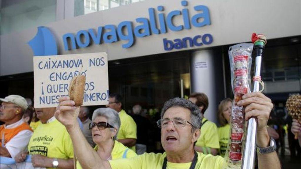 Afectados por las preferentes protestan ante una sucursal de NCG Banco