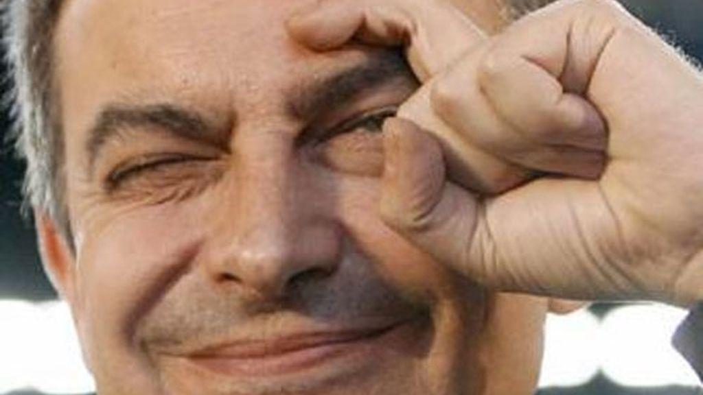 Zapatero hace el signo de la 'ceja' en 2009