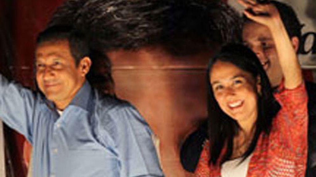 Ollanta Humala y su esposa Nadine saludan a sus simpatizantes.