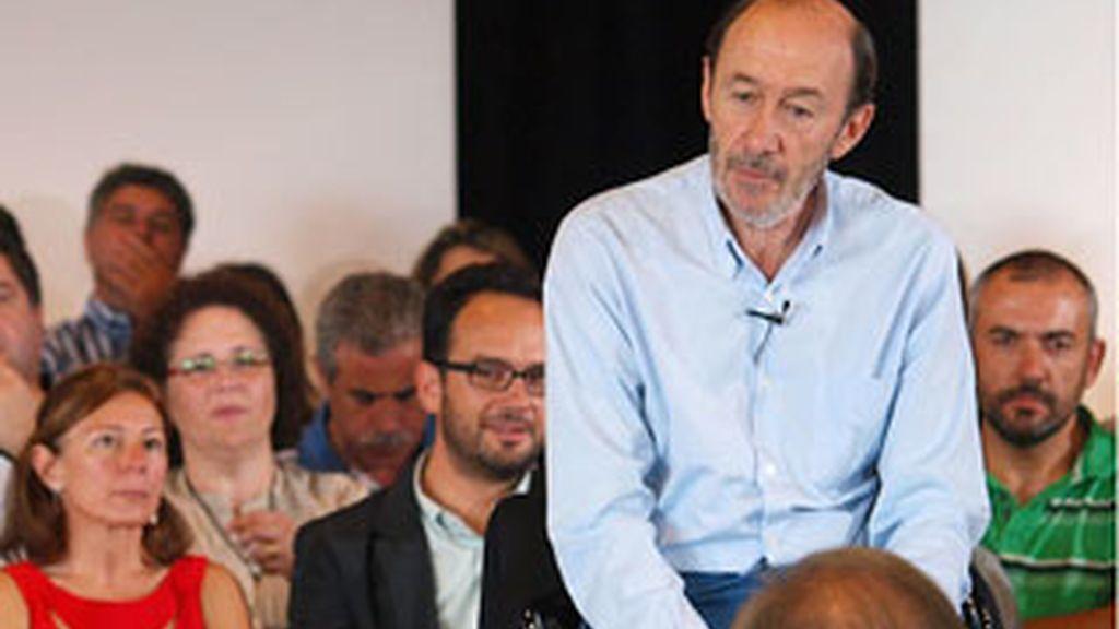 Alfredo Pérez Rubalcaba acompañado por el secretario general del PSdeG, Manuel Vázquez (i), durante la reunión que han mantenido con la militancia del partido, esta mañana en Santiago de Compostela
