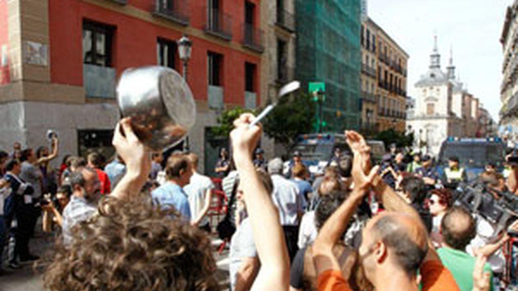 Miembros de los Movimientos 15M y de la Memoria Histórica protestan esta mañana ante el Ayuntamiento de Madrid con pitos, gritos y una sonora cacerolada con motivo del acto de constitución de la corporación municipal, en el que es proclamado alcalde el candidato del PP, Alberto Ruiz-Gallardón. Foto: EFE