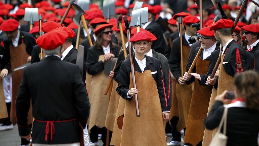 Los Alardes Tradicional y Mixto de Irún desfilan sin incidentes por las calles