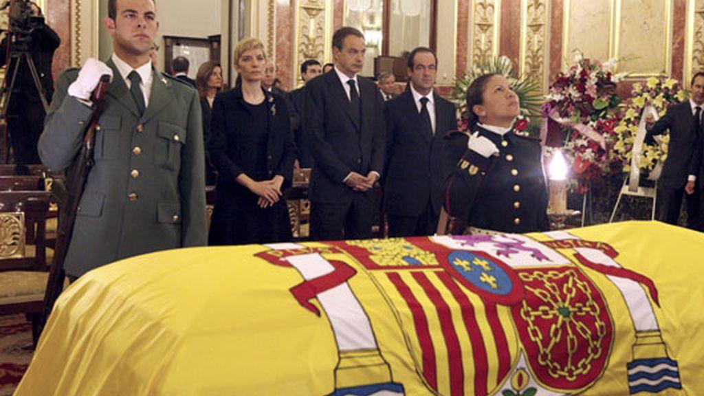 Los restos mortales del ex presidente del Gobierno Leopoldo Calvo Sotelo, en el Congreso de los Diputados donde se ha instalado la capilla ardiente.