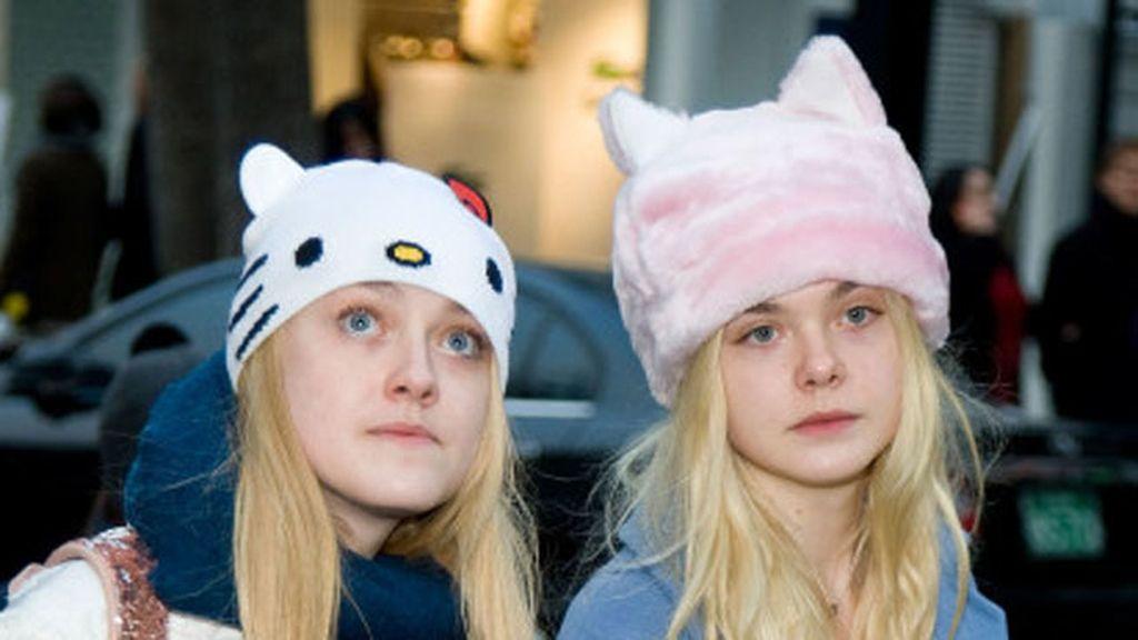 Dakota y Elle Fanning con gorros abrigados