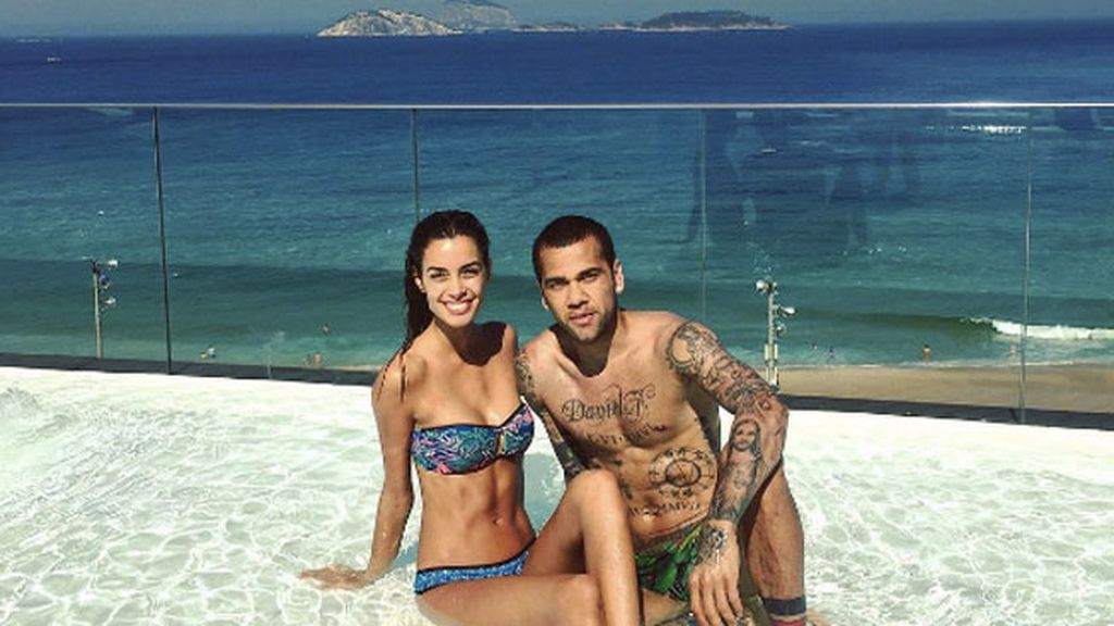 Antes de vivir en Turín, Alves pasa unos días en casa con Joana Sanz