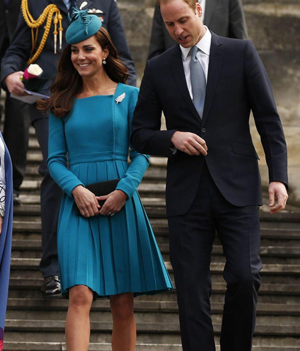 El azul corte lady de Emilia Wickstead, lo combinó con tocado de Jane Taylor