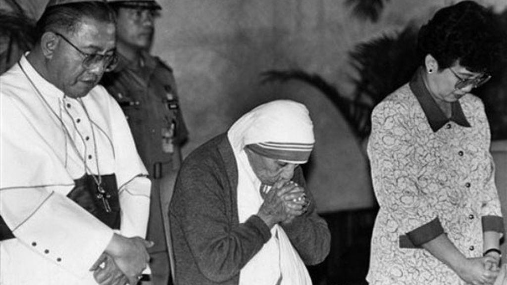Corazón Aquino junto a Teresa de Calcuta