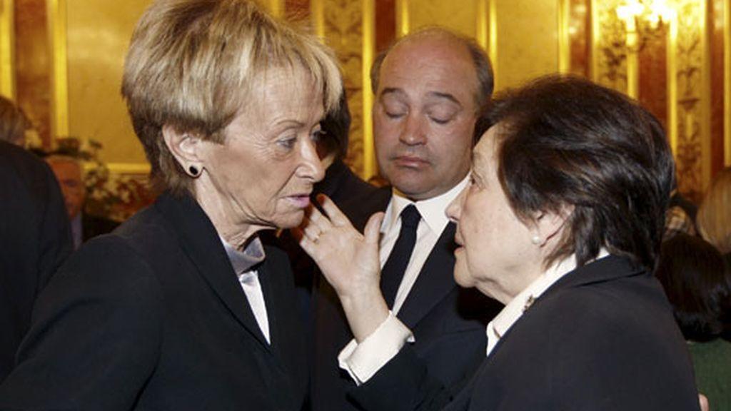 La vicepresidenta primera María Teresa Fernández de la Vega da el pésame a la viuda de Calvo Sotelo