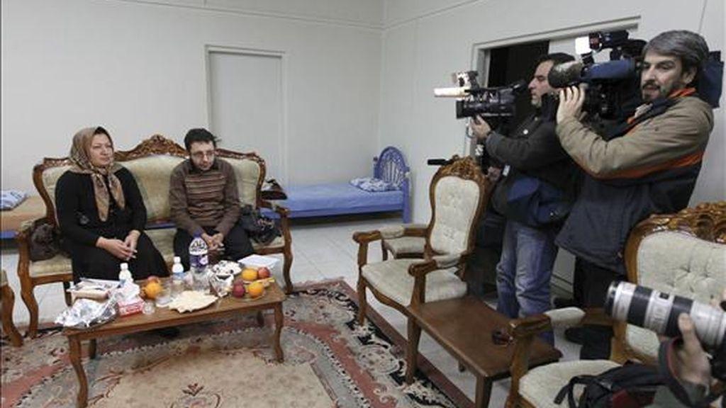 Shakine Mohammadi Ashtianí (i), la mujer iraní de 43 años acusada de adulterio y el asesinato de su marido, ofrece junto a su hijo, Sajjad Ghazerzadeh (2i) una entrevista a unos periodistas seleccionados de medios internacionales en un edificio del Gobierno en la ciudad de Tabriz, en el oeste de Irán, el 1 de enero de 2011. EFE