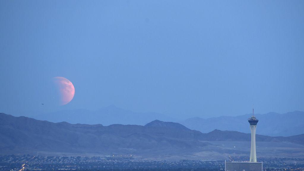 El eclipse parcial de la 'superluna' visto desde Las Vegas