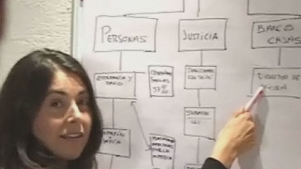 Clara Sánchez, autora del reportaje, explica a sus colegas el proceso del reportaje en la redacción del programa