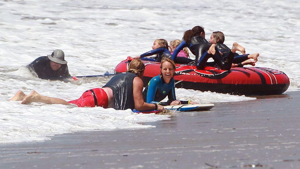 Charlar con los amigos en la orilla (Helen Hunt)
