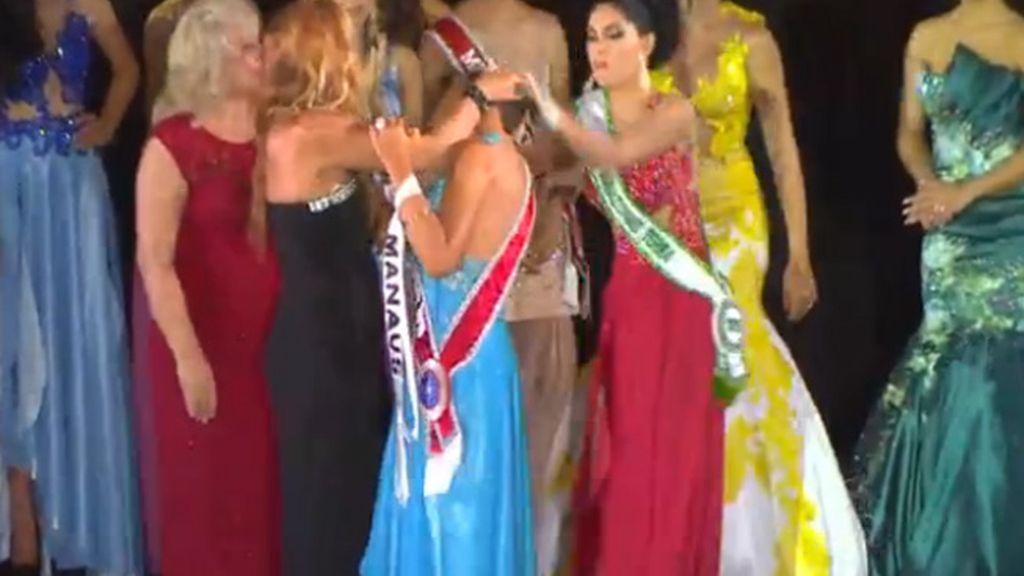 """La finalista de Miss Amazonas 2015 arranca la corona a la ganadora al grito de '¡No te lo mereces!"""""""